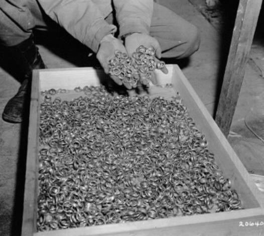 Cincin kawin dari Kamp Konsentrasi Perang Dunia II (source: https://twitter.com/oldpicsarchive)
